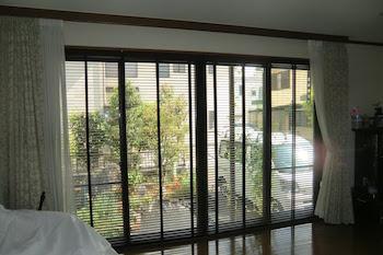 相模原市中央区 O様 リビングの大きな窓に木製ブラインド