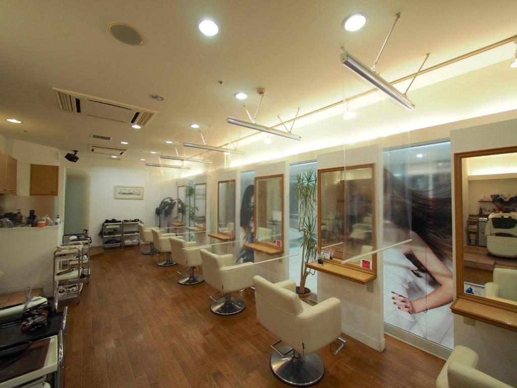 コロナ感染症対策-透明ロールスクリーン-美容院-事例