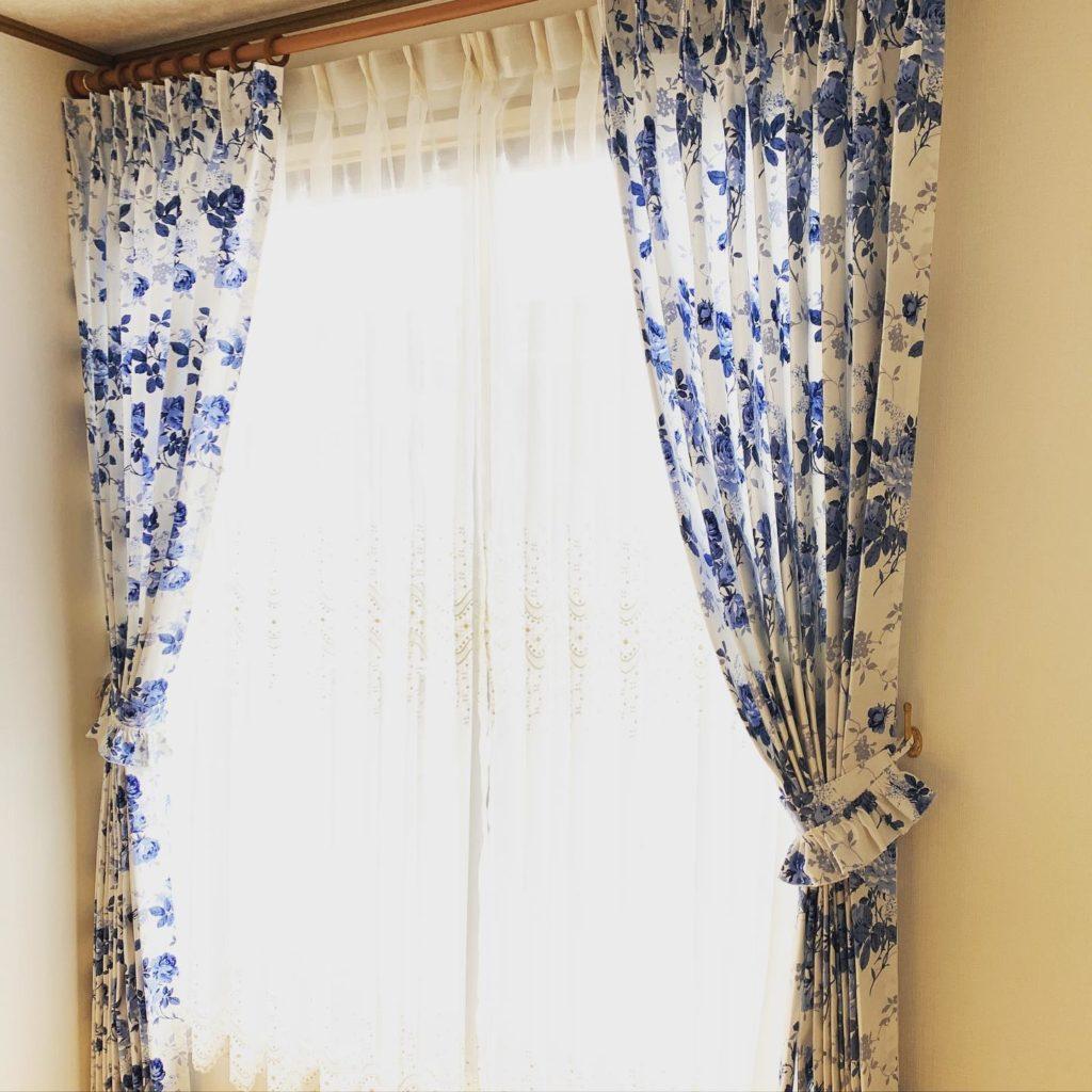 カントリー調-カーテン-オーダーカーテン-寝室-タッセル付き