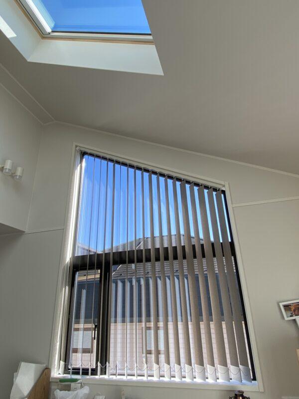 大和市 U様 傾斜した窓の窓枠内に開閉可能なバーチカルブラインド