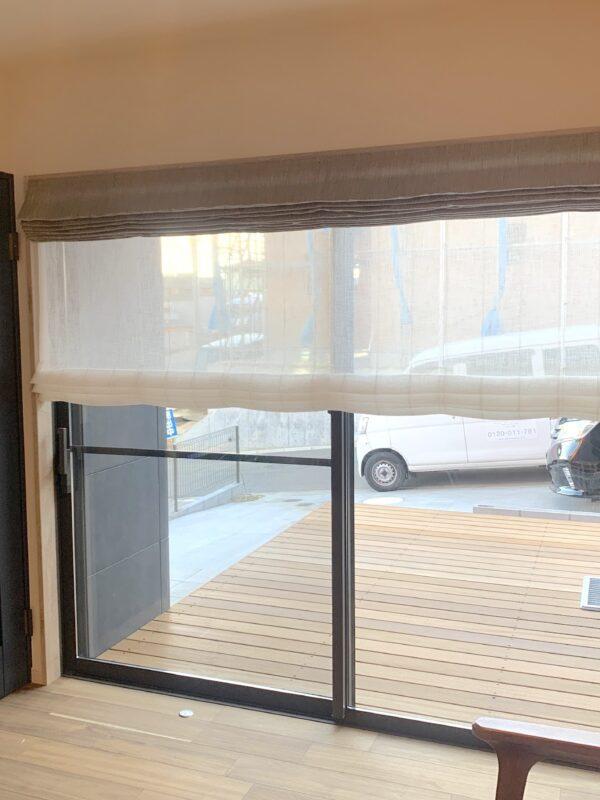 町田市 T様 リビングの大きな掃き出し窓にダブルのローマンシェード