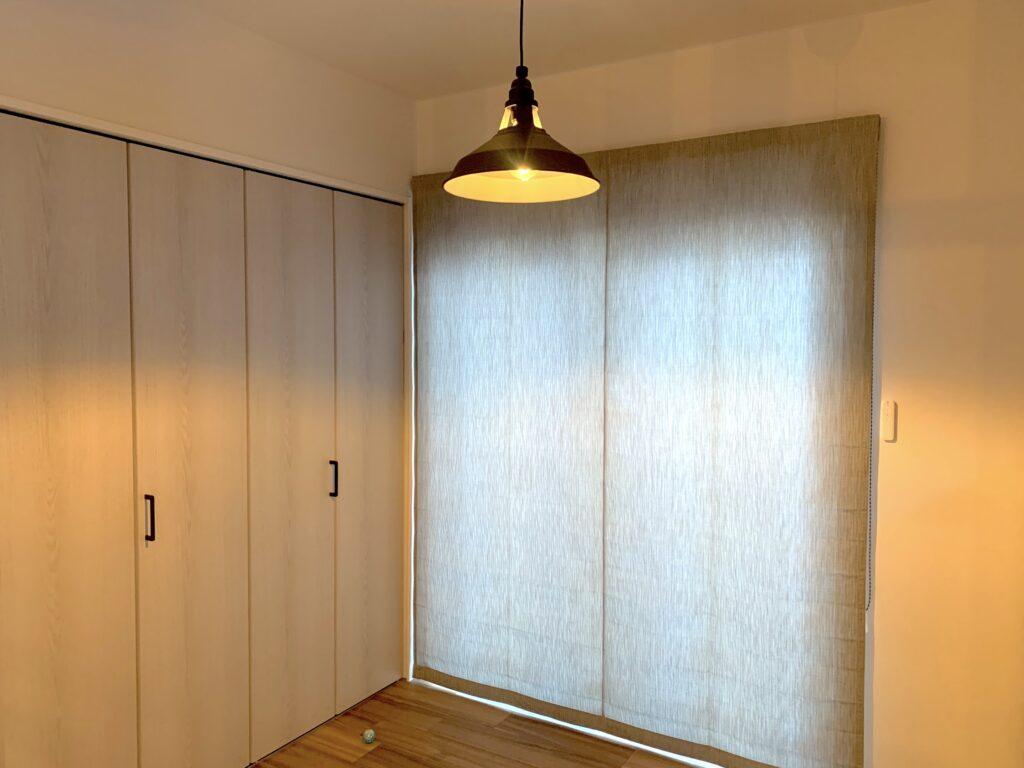 IMG_1703-IMG_1701-オーダーカーテン-ローマンシェード-シェード-掃き出し窓-インテリア-新築戸建-おしゃれ