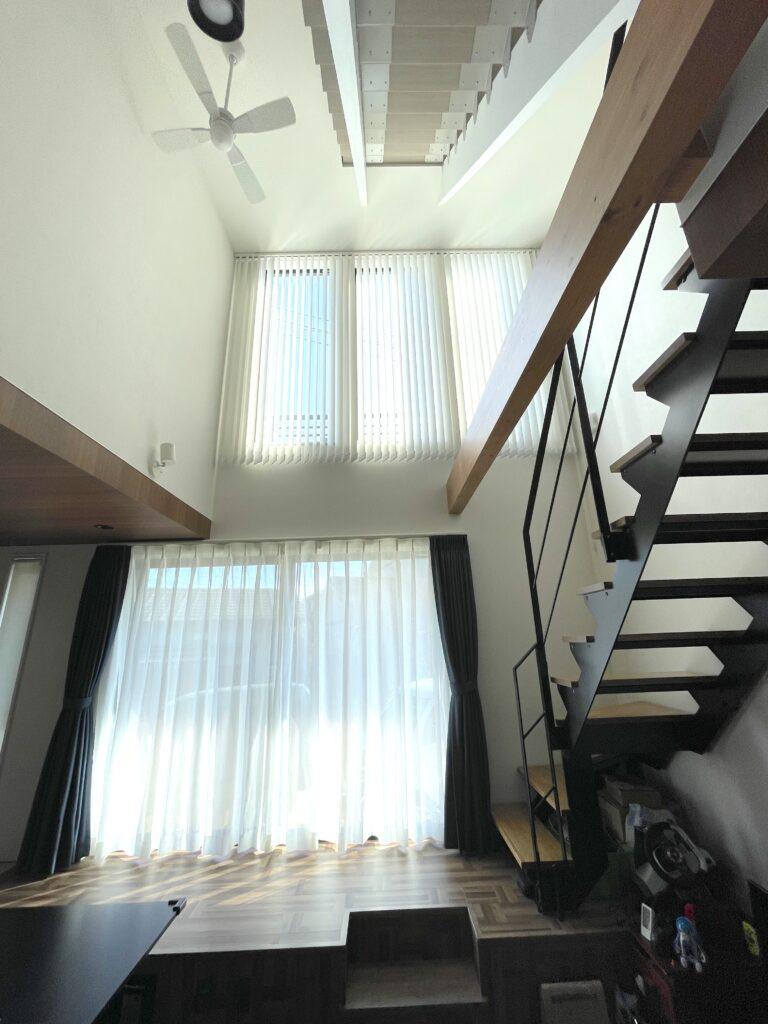 バーチカルブラインド-オーダーカーテン-高所窓-吹き抜け-インテリア-施工事例-森の風