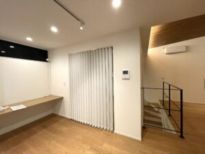 バーチカルブラインド-注文住宅-2階リビング-縦型ブラインド-ブラインド-デザイン03