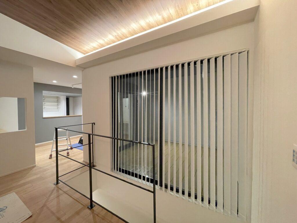 バーチカルブラインド-注文住宅-2階リビング-縦型ブラインド-ブラインド-デザイン