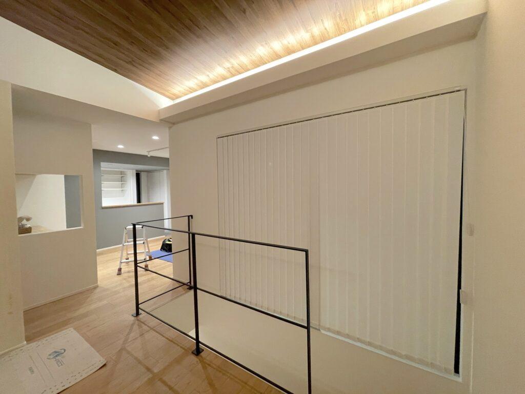 バーチカルブラインド-注文住宅-2階リビング-縦型ブラインド-ブラインド-デザイン02
