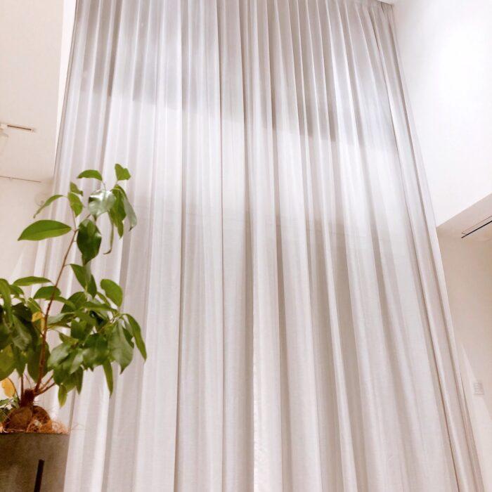 横浜市 K様 吹き抜けに電動レールで2階の天井から1階の床までのカーテン