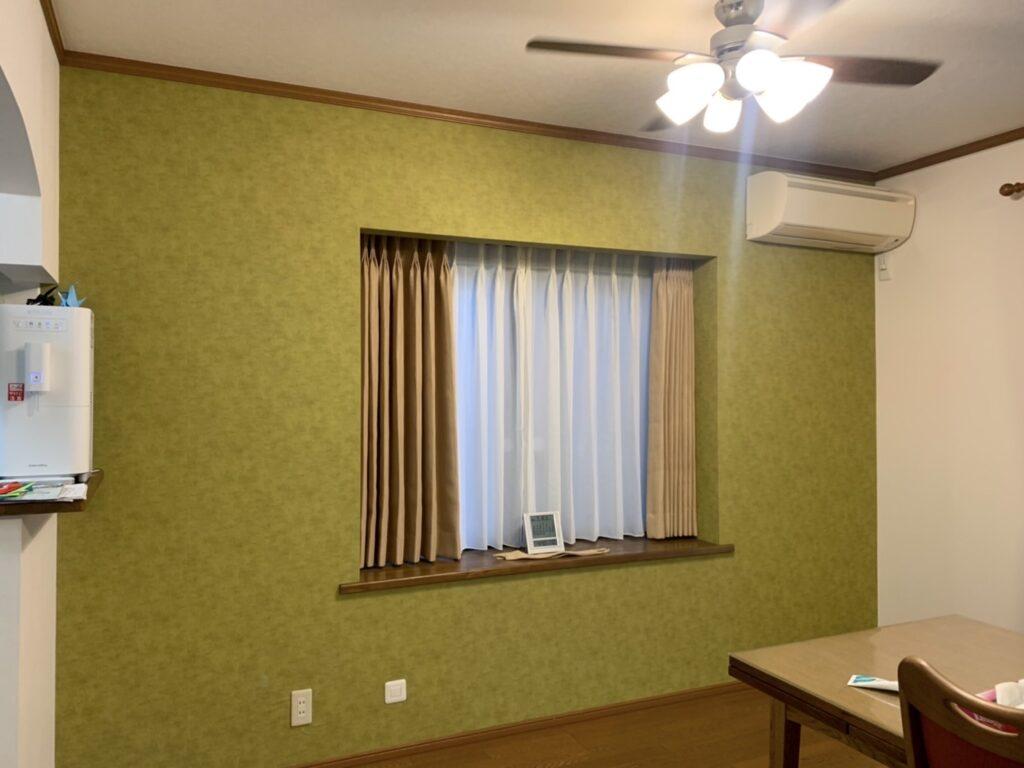 出窓-カーテン-オーダーカーテン-クロス貼り替え-アクセントクロス-リビング-インテリア